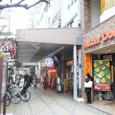 横濱家系ラーメンの看板の手前が入口です。