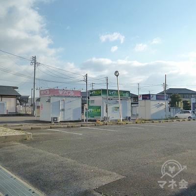 通り沿いから店舗の背中が見えてきます。