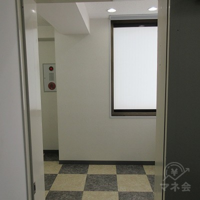 エレベーターを出て左側に店舗入口があります。
