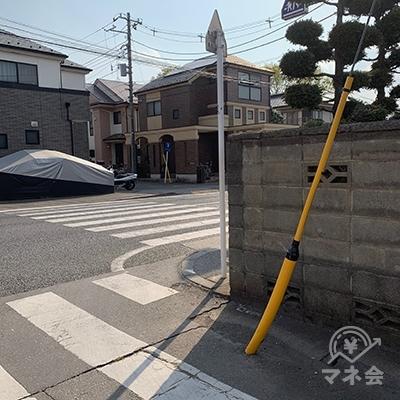 大きな通り(青梅街道)に出ますので、右に曲がります。