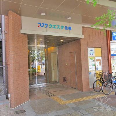 建物入り口は他社のアイフル看板下にあります。