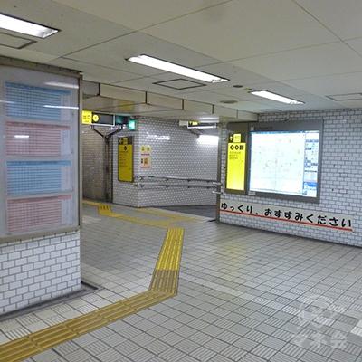 改札口を出たら左斜め「2番・3番出口」に向かいます。