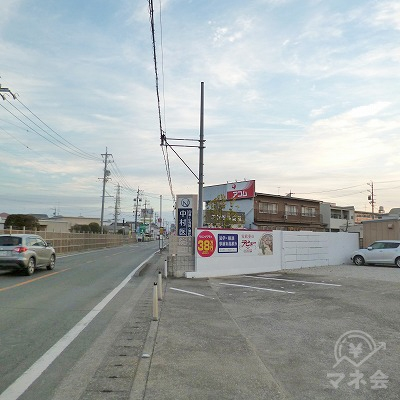 100m先の笠井街道を右折するとすぐに右手にアコムの看板が見えます。