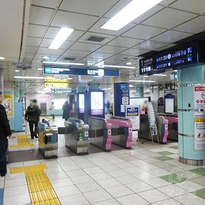 東京メトロ日比谷線の六本木交差点方面改札を出ます。