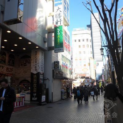 靖国通りの角、左手のビルが目的地です。