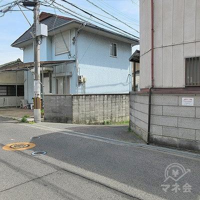 青い外壁の家の手前にある脇道を進みます。