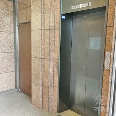 中に入ると、エレベーターがあり、奥の扉を開けると階段があります。