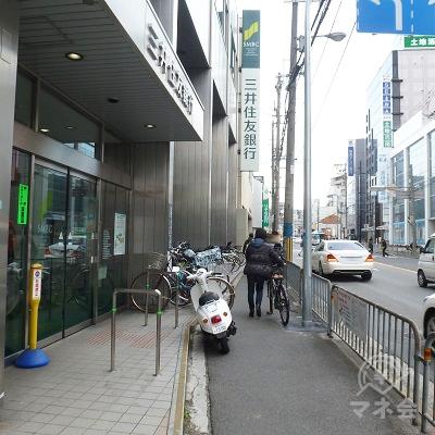 渡った後、右折。三井住友銀行前の歩道を歩きます。