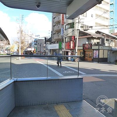 エレベータで地上に下りたら歩道(中央大通り沿い)があります。