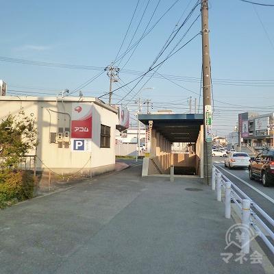 大きな交差点にかかる地下道入口の左手に看板が見えてきます。