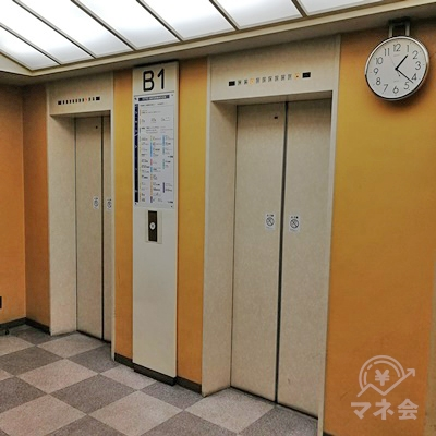左の突き当たりにエレベーターがあります。