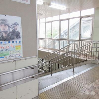 左へ曲がり、階段を下ります。