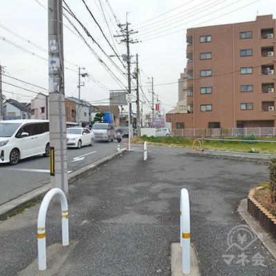 左折後、産業道路(大阪府道15号)沿いの歩道を進みます。