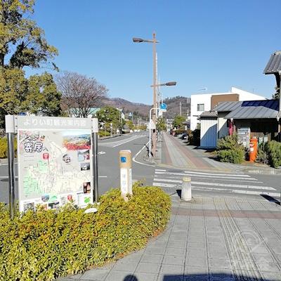 観光案内図があります。その右にある横断歩道を渡り、直進します