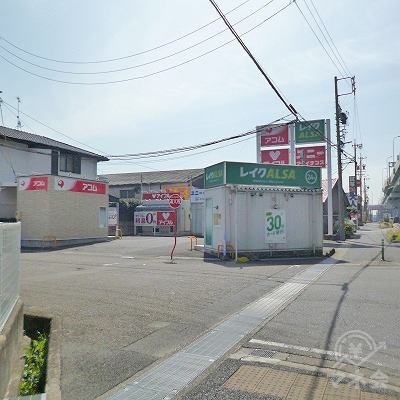 商業施設のすぐ先の駐車場にレイクALSAの独立型店舗があります。