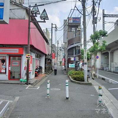 銅像のある細い交差点があるので左に曲がります。
