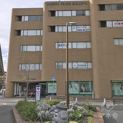 出口からすぐの所にある三井住友銀行ビルです。