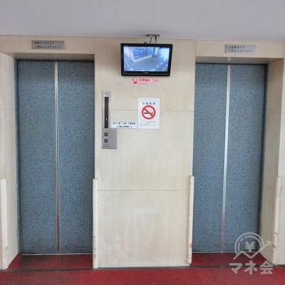 エレベーターは2基あり、向かって左を使用します。
