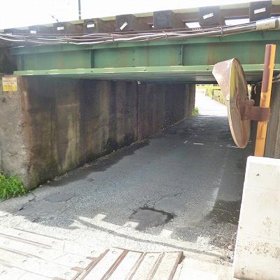 改札を出たら右手に進み、ガードで線路をくぐります。