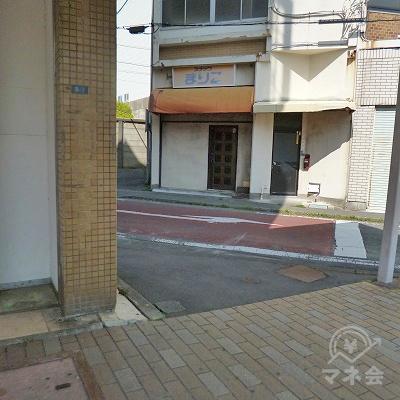 ビルの先にある路地を左折してください。