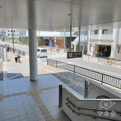 駅外に出てすぐ右手にある横断歩道を渡ります。