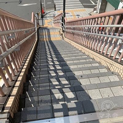 突き当りの左の階段を降ります。