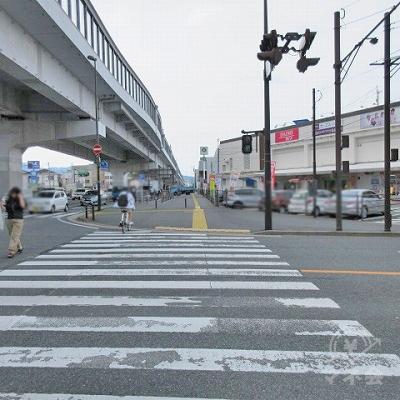 1つ目の横断歩道を渡り直進します。この時、イオンが右にあります。