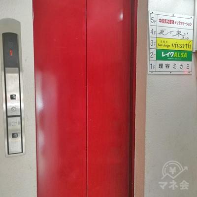 奥にエレベーターがあります。