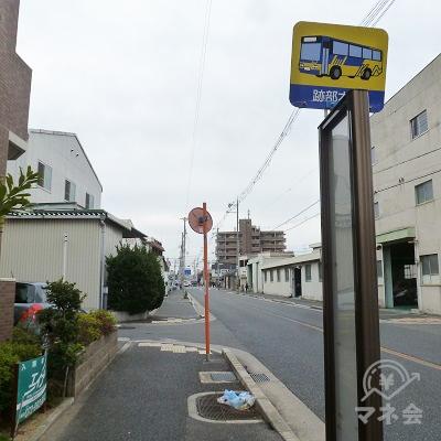 近鉄バス・跡部本町バス停(廃止)前を通過します。