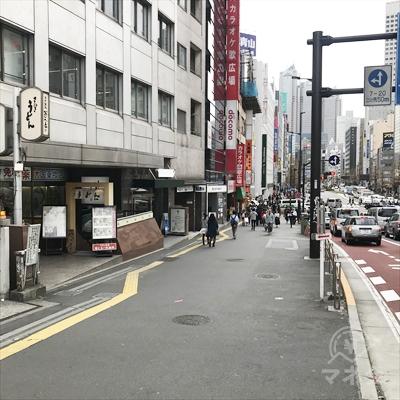 歩道橋をくぐりカラオケ歌広場とドコモショップ方面に進みます。