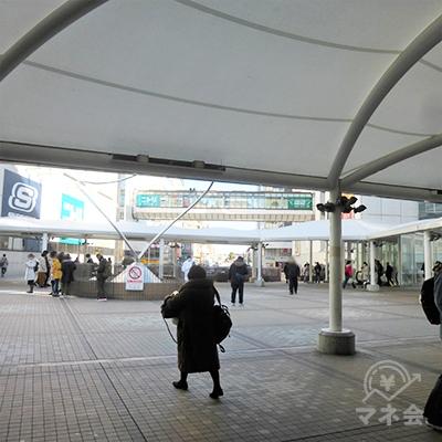 駅前です。ペデストリアンデッキが続いています。