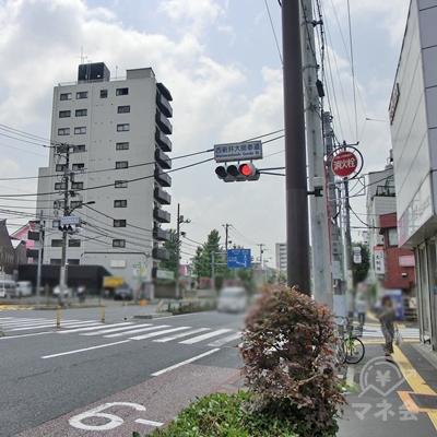 しばらく進むと西新井大師参道の信号があります。