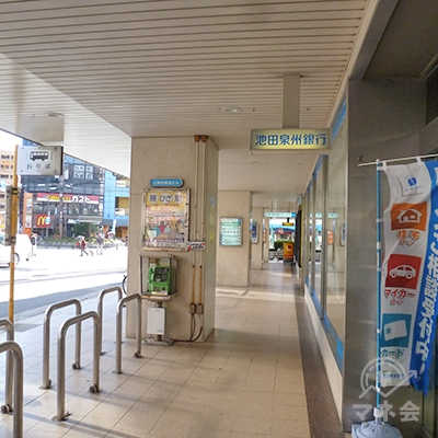右折して、池田泉州銀行、ロッテリア前の歩道を歩きます。