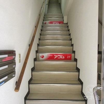 アコムの店舗へは階段で2階に上がります。