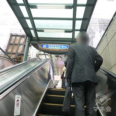 エスカレーターで地上へ上がり、すぐ右へUターンします。
