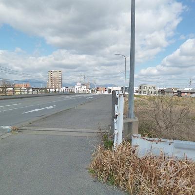 大通りに沿って、橋で川を渡ります。