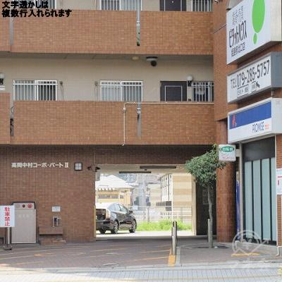 駐車場案内がプロミス店舗の側面にあります。