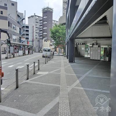 右に曲がったらそのまま歩道を真っすぐ進みます。