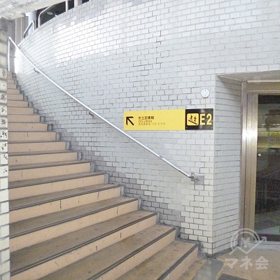 左手に現れる階段を上って、E2出口から地上へ出ます。