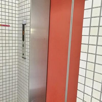 中に入って、右側にエレベーターがあります。