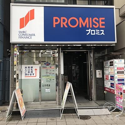 通りから直接入店できるほか、右側の共用入口からも入れます。