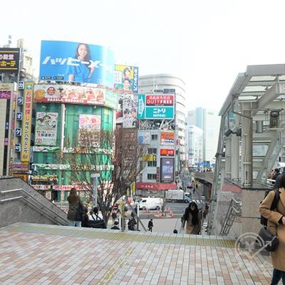 駅前の大きな階段を降ります。