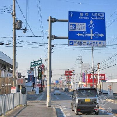 青色の交通標識の付近からプロミスの看板が確認できます。