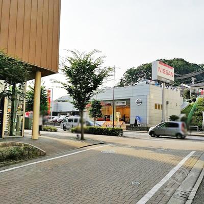 鶴川街道があり、奥にNISSANの看板があります。左に曲がりましょう。