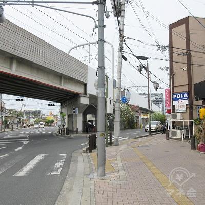 先の八坂神社を右手に点字タイルに沿って、直進します。