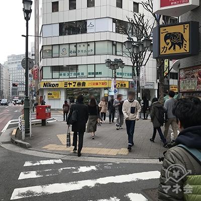 正面奥にカメラ店ミヤマ商會がある横断歩道を渡ります。