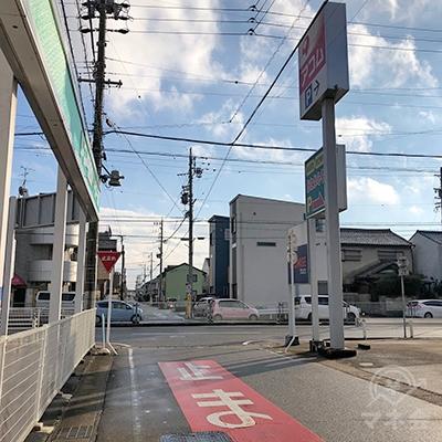大通りに出る交差点の右側にアコムの看板が見えてきます。