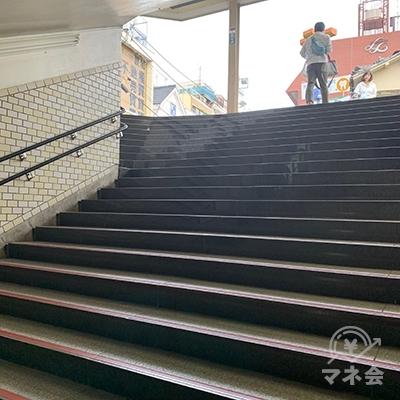 階段を上がり外へ出ます。
