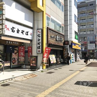 富士そば、鎌倉パスタ、マツモトキヨシに沿って通りまで進みます。