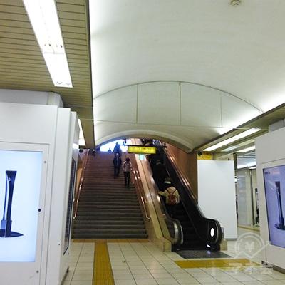 地上に上がる大きな階段があります。階段の右手を通り抜けます。
